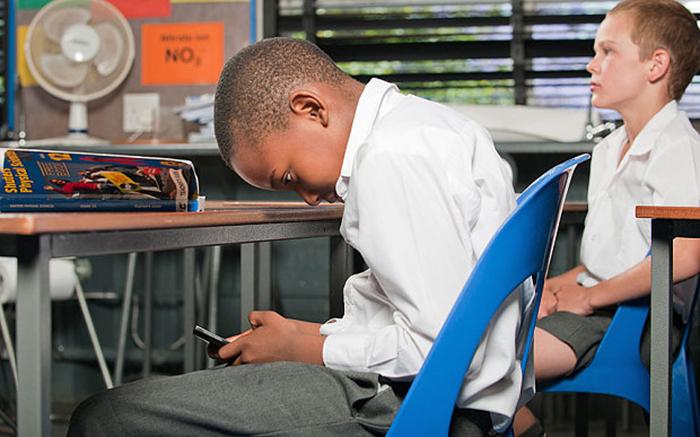 Trẻ em đi học rất dễ ngồi sai tư thế