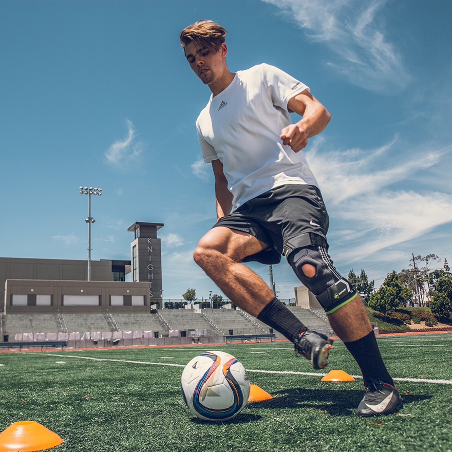 lời khuyên hữu ích để bảo vệ đầu gối khi chơi bóng đá