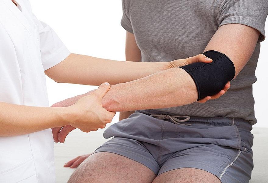 Vì sao phải dùng băng bảo vệ khuỷu tay khi tập gym