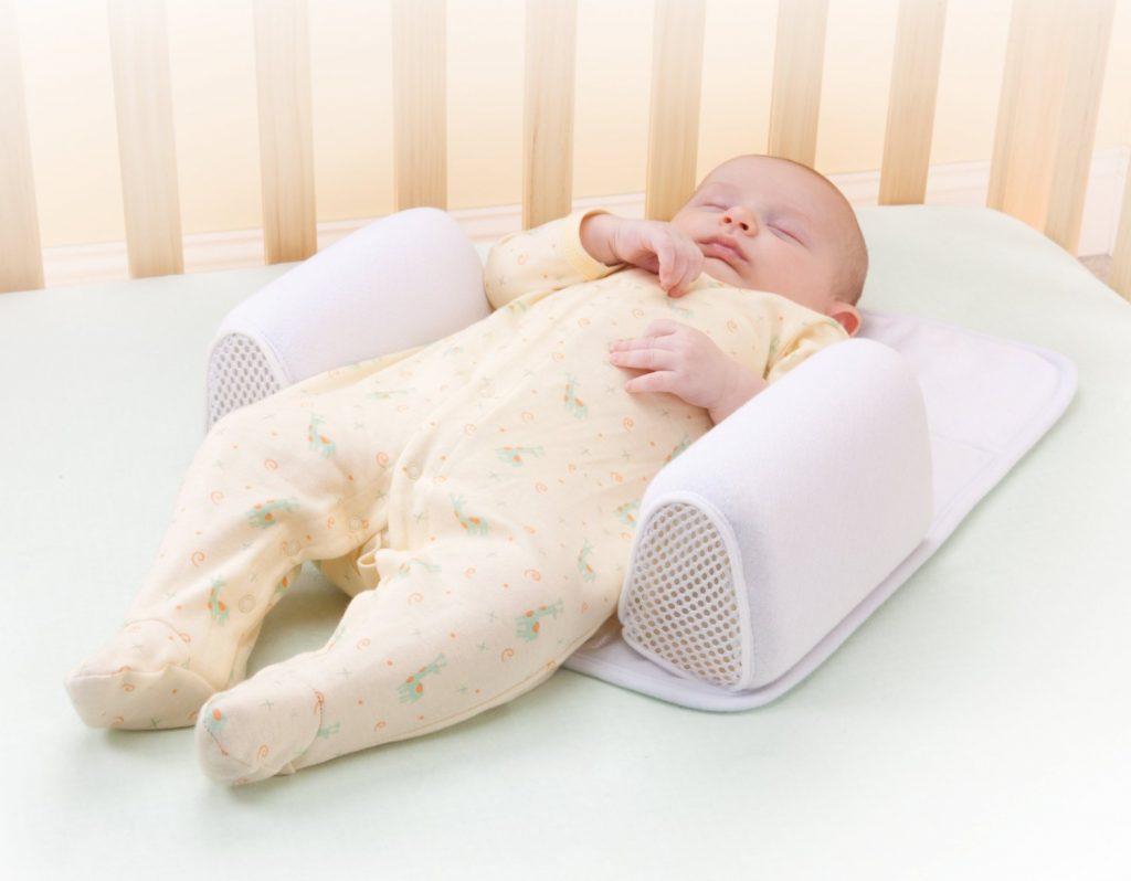 Phải làm sao khi trẻ sơ sinh ngồi bị cong lưng