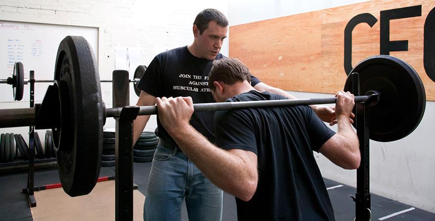 3 bài tập gym phổ biến gây đau khuỷu tay và cách khắc phục