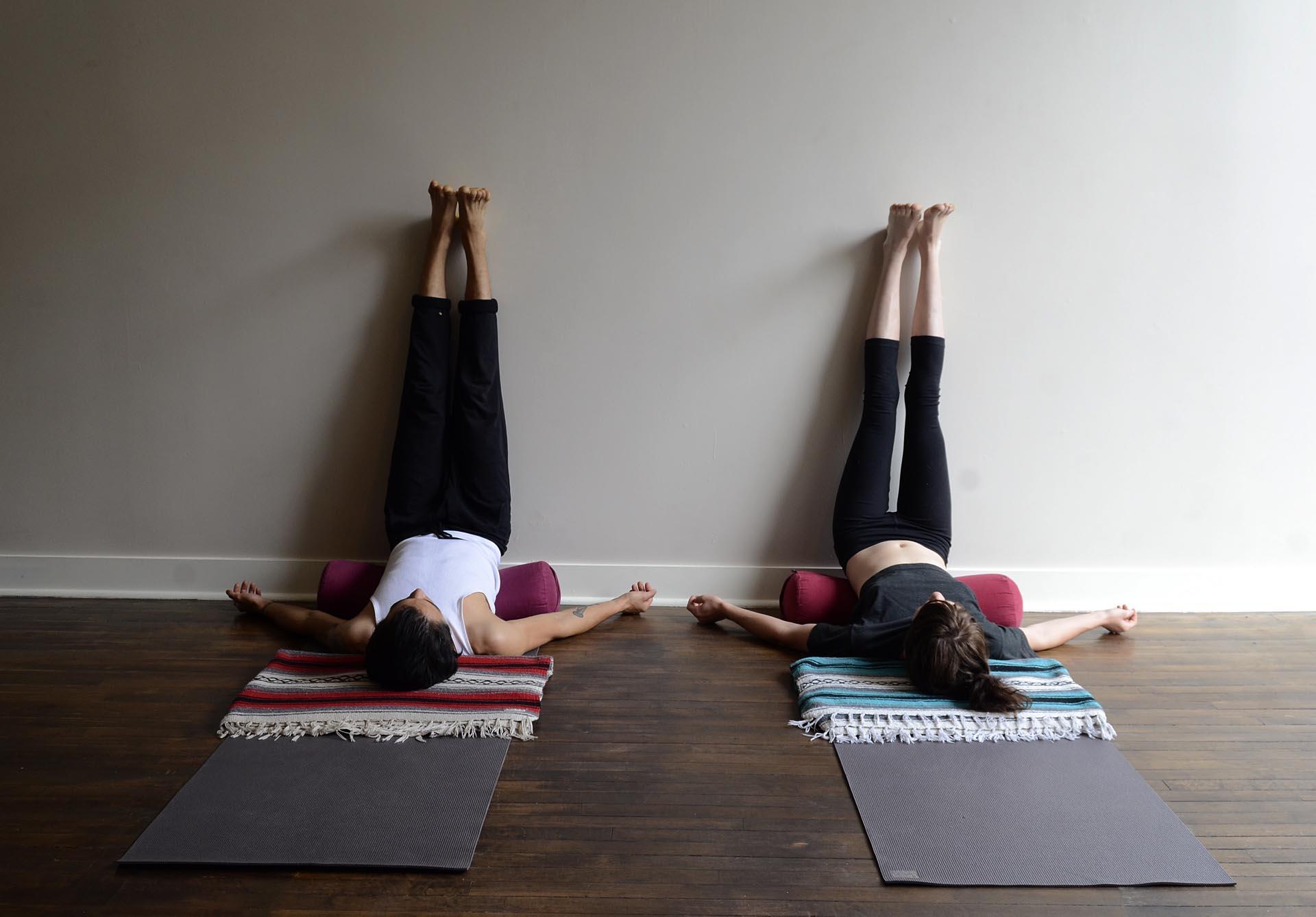 Tư thế Yoga nâng chân lên tường