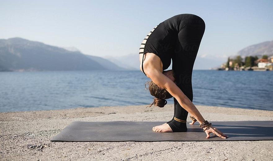 Tư thế Yoga gập người về phía trước để kéo giãn gân kheo