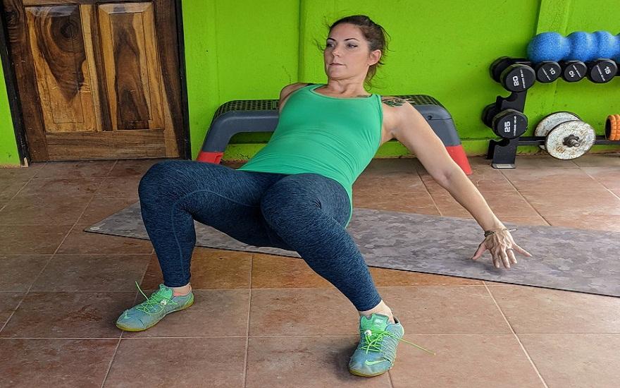 Thực hiện bài tập đi bộ cua để tăng sức mạnh toàn cơ thể và khả năng vận động